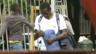 Quelques 500 sacs de couchage distribués aux réfugiés du parc Maximilien