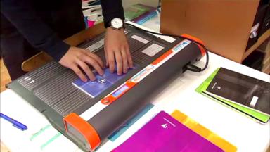 Une machine pour recouvrir facilement ses cahiers : le nouveau business de la rentrée