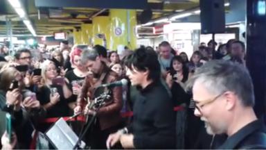 Indochine a donné un mini-concert dans les couloirs de Bruxelles-Midi