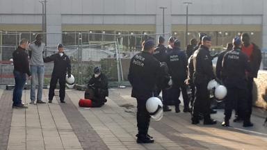 """Les migrants """"criminalisés"""" par l'intensification des actions policières à Bruxelles, selon le hub humanitaire de la gare du Nord"""