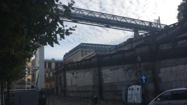 Un homme s'immole par le feu sur la place Poelaert et saute d'une passerelle