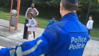 Des policiers assurent la sécurité devant les écoles
