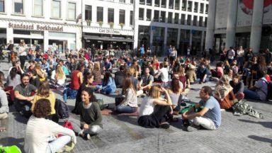 Des centaines de personnes se sont regardées dans les yeux Place de la Monnaie