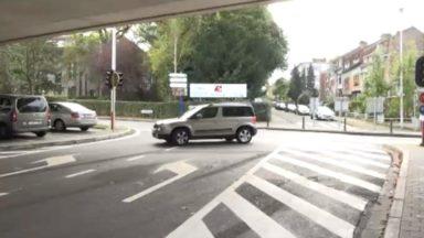Herrmann-Debroux : malgré l'interdiction, les voitures passent quand même sous le viaduc