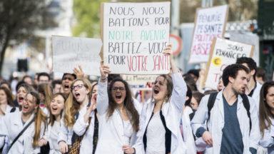 Manifestation de centaines d'étudiants en médecine qui réclament 1 solution pour la double cohorte