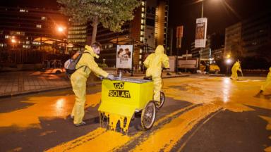 Greenpeace repeint le rond-point Schuman en jaune pour une énergie 100% renouvelable