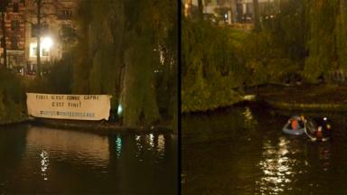Action d'activistes écologistes aux étangs d'Ixelles pour sensibiliser à la montée des eaux