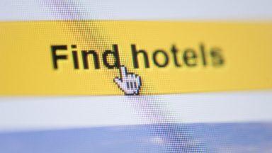 """L'Europe critique la loi """"Booking.com"""" sur les hébergements touristiques du gouvernement Michel"""