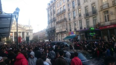 Le rappeur français Scridge rameute la foule devant la Bourse à Bruxelles