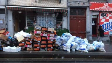 Saint-Gilles : quand les poubelles empêchent les navetteurs de descendre du tram