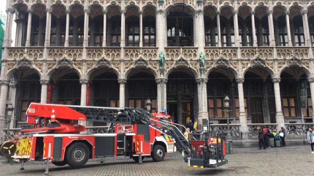 Des Pompiers Sur La Grand Place Pour Le Porte Drapeau Du Musee De
