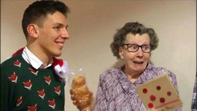"""Les résidents sont ravis de la 20ème opération Père Noël organisée à la maison de repos """"Les Azalées"""""""