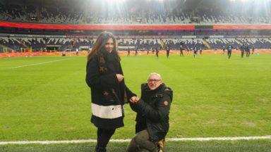 Il demande sa compagne en mariage sur la pelouse du RSC Anderlecht