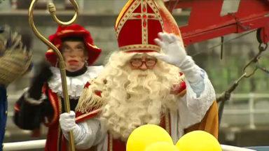 Saint-Nicolas accueilli par une foule de petits Bruxellois au port de Bruxelles