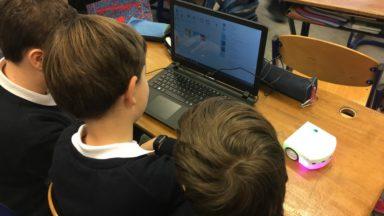 Woluwe-Saint-Lambert : des élèves de 5 à 12 ans apprennent l'informatique et le codage à l'école