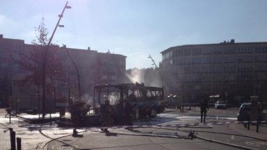 Schaerbeek: l'incendie d'une voiture se propage sur un bus scolaire