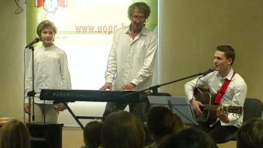 Apprendre la grammaire en chantant : Antoine de Brabandère en showcase à Bruxelles
