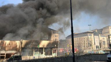 Incendie au milieu de magasins près des quais à Molenbeek: une personne intoxiquée