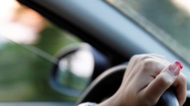 """""""Femmes au volant, moins d'accidents !"""" : les femmes sont plus prudentes que les hommes au volant"""