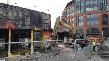 Incendie d'un dépôt à Molenbeek-Saint-Jean : la démolition de la carcasse calcinée commence
