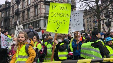 Des écoliers et des parents protestent rue de Flandre contre la mauvaise qualité de l'air