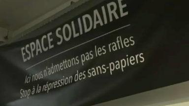 Globe Aroma : Vingt-neuf associations déploient une bannière de soutien aux sans-papiers
