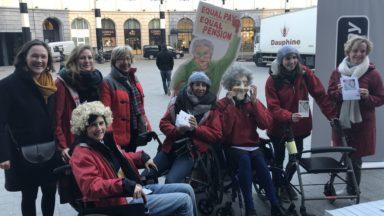 """Des """"grands-mères"""" manifestent à Bruxelles-Central pour une meilleure égalité salariale"""