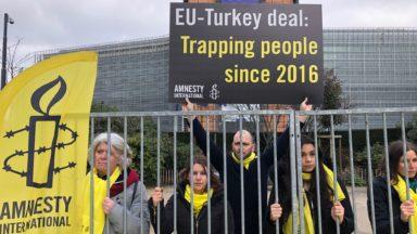 Action d'Amnesty International pour dénoncer le piège des îles grecques pour des milliers de réfugiés (photos)