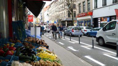 Ixelles : une piste cyclable protégée par des potelets sur la chaussée de Wavre
