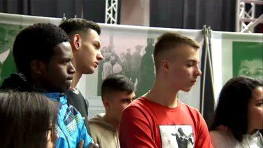 Des élèves primo-arrivants visitent l'exposition Anne Franck à Uccle
