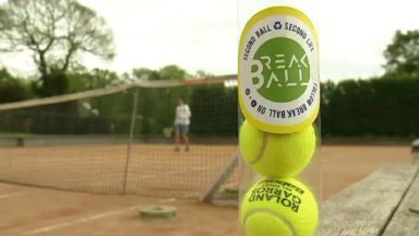 Jean et Emilio recyclent des balles de tennis pour proposer du matériel sportif moins cher