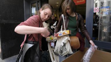 """Une première """"Plastic Attack"""" belge a eu lieu ce samedi dans un Delhaize de Bruxelles"""