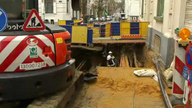 Ixelles : un effondrement de voirie dans la rue Stevin surprend les riverains
