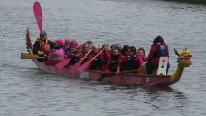 200 femmes traversent Bruxelles à la rame contre le cancer du sein - BX1