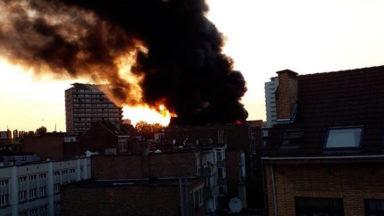 [Vidéo] Un entrepôt entièrement ravagé par un incendie à Koekelberg, des riverains évacués