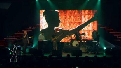 Claude Semal et le groupe Glü jouent une chanson politique aux Octaves de la musique - BX1