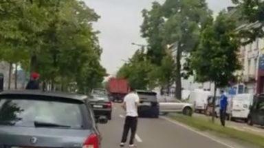 Tête-à-queue spectaculaire d'une voiture après une altercation entre automobilistes