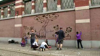 Saint-Gilles : une fresque de mousse végétale prend place devant la Maison des cultures