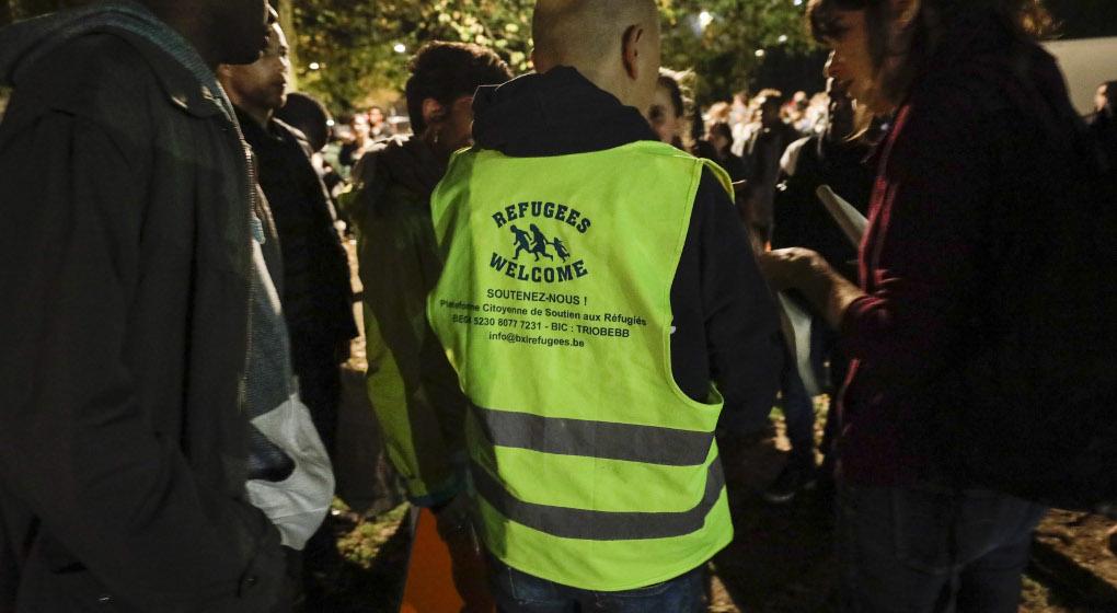 Un millier de personnes forment une nouvelle chaîne de solidarité au parc Maximilien - BX1