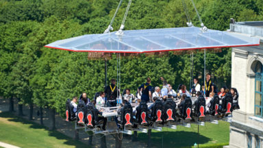 """""""Dinner in the sky"""" aura lieu en plein milieu de la place De Brouckère en septembre"""