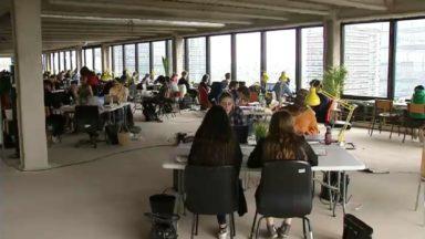 Des étudiants s'isolent dans des bureaux au sommet d'un building pour leur blocus