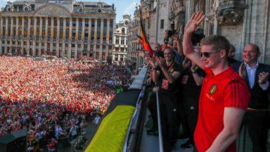 """Kevin De Bruyne en grande forme sur le balcon de l'Hôtel de Ville : """"Je m'en bats les c…"""""""