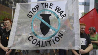 Cinquantenaire : près de 200 personnes protestent devant le dîner de gala de l'OTAN