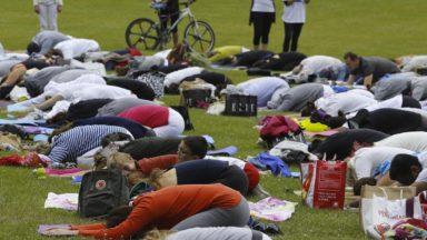 Uccle : un cours gratuit de yoga sur le piétonnier du parvis Saint-Pierre