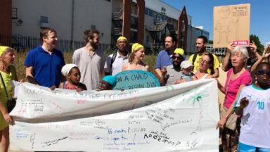 Bruxelles : le PTB proteste contre la fermeture d'Océade avec des bonnets de bain