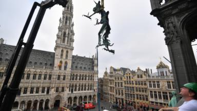 La girouette de Saint-Michel sur la Grand-Place déplacée ce mercredi