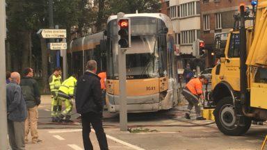 Koekelberg : un tram percute une voiture et déraille avenue du Panthéon