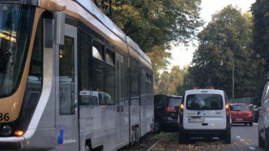 Auderghem : une voiture percute un tram sur le boulevard du Souverain, trois blessés