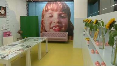 Angèle dévoile son BROL dans son premier album et son pop-up store à Rogier