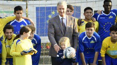 """""""We welcome young refugees"""" : le roi Philippe rend visite aux jeunes réfugiés du Kraainem FC"""